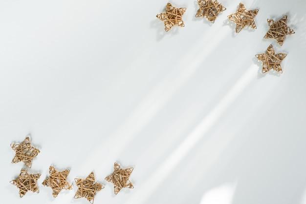 黄金のクリスマスの星が分離されました。クリスマスフレームの背景