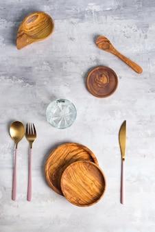 Плоские лежал деревянная тарелка и столовые приборы на серый. пустая тарелка. , еда, ноль отходов.