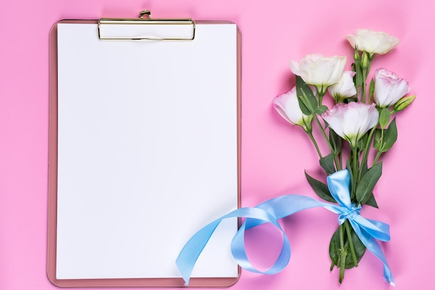 クリップボードとトルコギキョウの花