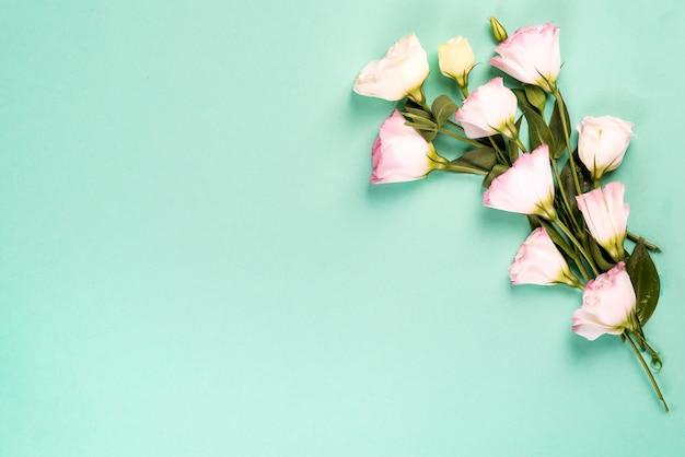 咲くピンクのトルコギキョウで作られた中央の空スペースでフレーム構成、