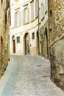 イタリア、ベルガモの旧市街の狭い通り