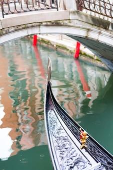 Нос гондолы в венеции