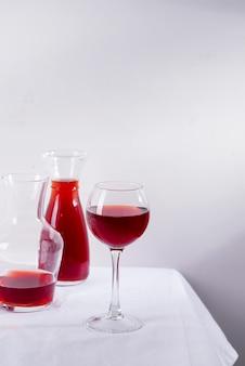 ワイングラス、デカンタ、影付きのボトルの赤ワイン