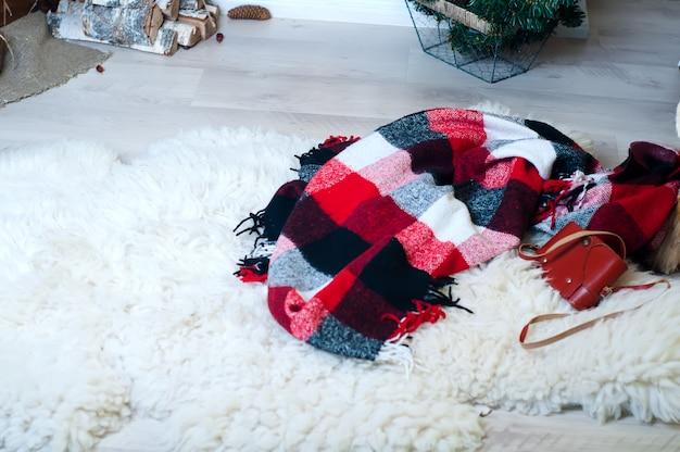 木の下の床に毛布