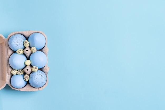 Праздничная пасха из бумажной коробки из яиц синего цвета ручной работы на синем