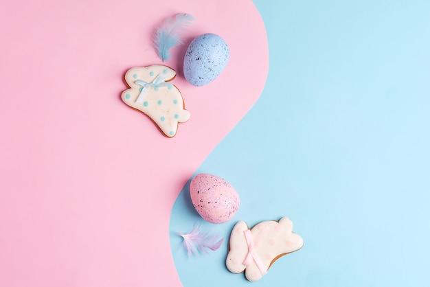 Две пасхальные яйца и печенье ручной работы на двухцветной пастели окрашены как символ инь и ян. квартира лежала.