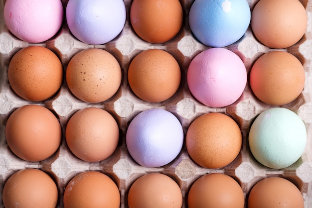 自然の有機農場の卵とそれらの一部は、紙のエコカートントレイに手作りで描かれています