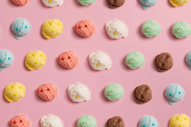 自然なカラフルなアイスクリームのボールのシームレスパターン