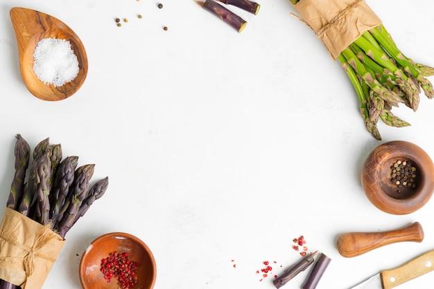 新鮮な自然の緑と紫のアスパラガス野菜とさまざまな種の束
