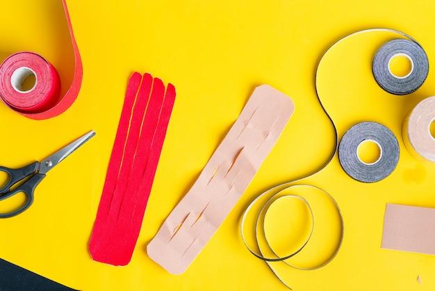 異なる色とはさみの特別なフィジオテープ巻き