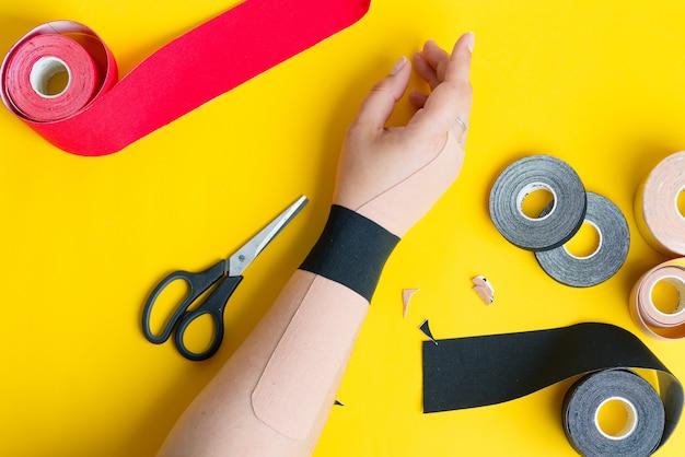カラーテープからのアプリケーションを持つ女性の手