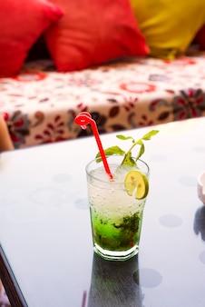 さわやかな夏のモヒートカクテルグラス