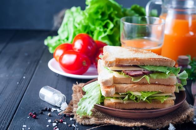 自家製サンドイッチとサラダ