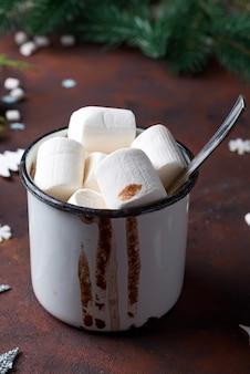冬のホットドリンクを閉じます。マシュマロとスパイスのホットチョコレートまたはココア