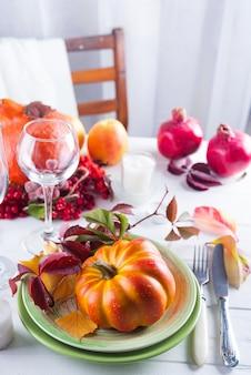 秋ハロウィーンや感謝の日テーブル設定。落ち葉、カボチャ、スパイス