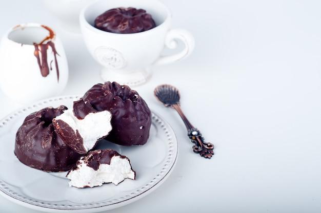 Шоколадный зефир и чашка кофе