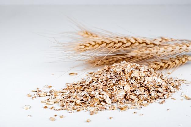Овсяные и пшеничные хлопья с травой