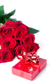 バラとギフトボックスの花束