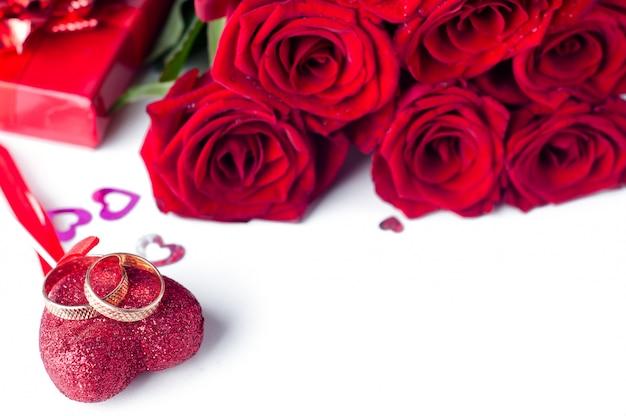 ゴールド結婚指輪とバラの孤立