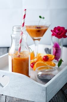 ガラス瓶のトロピカルスムージー