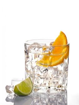 Мохито коктейль с лаймом, изолированных на белом фоне.