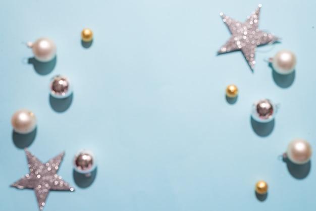 ぼんやりしたクリスマスの装飾ボールマットと光沢のある白