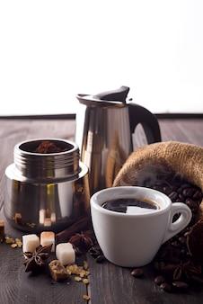 粉砕コーヒーは間欠泉コーヒーメーカーで満たされています