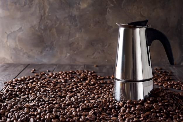 暗い木製の背景、コピースペースにコーヒー穀物の背景にガイザーコーヒーメーカー