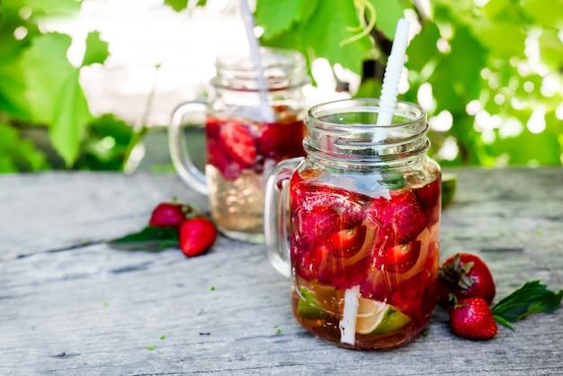 新鮮な赤いストロベリーレモネード