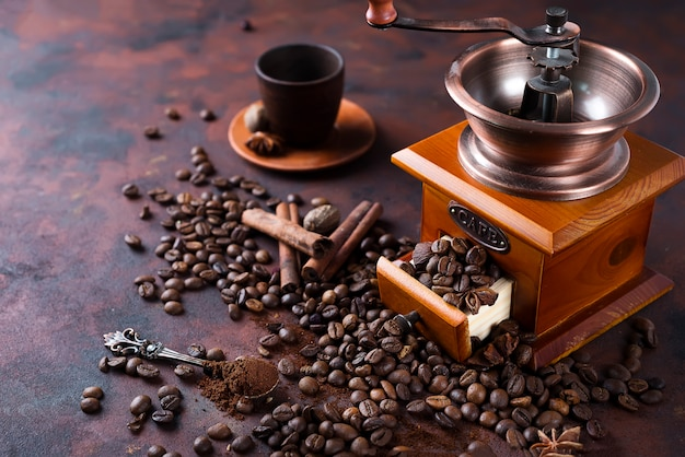 コーヒーグラインダーでコーヒー豆の静物