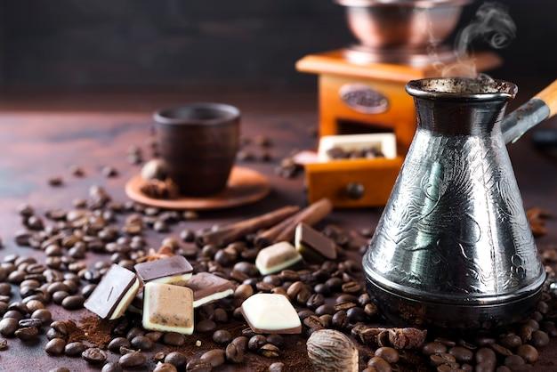 古いコーヒーポットと豆