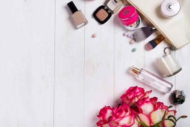 女性化粧品とファッションアイテム、白い木製の背景にコピースペース