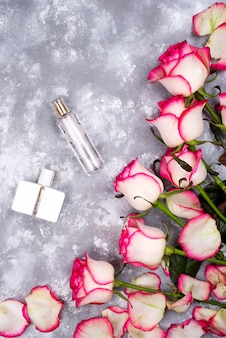 コピースペースのある灰色の背景に香水のバラの花束