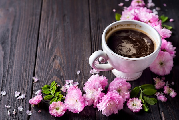 花のフレームとコーヒーカップ