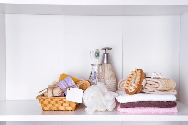 スパマッサージの設定、蘭の製品、白い背景に石鹸、