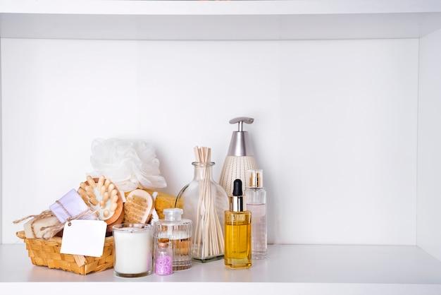 ホワイトシェルフ上の様々なスパと美容脅威製品