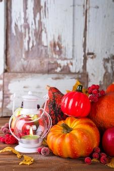 キャンドル、カボチャ、秋の装飾を持つランタン