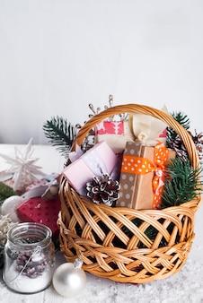 木製の背景にクリスマスの贈り物。