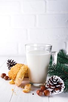 Стакан молока и печенья, специально предназначенный для санта-клауса.