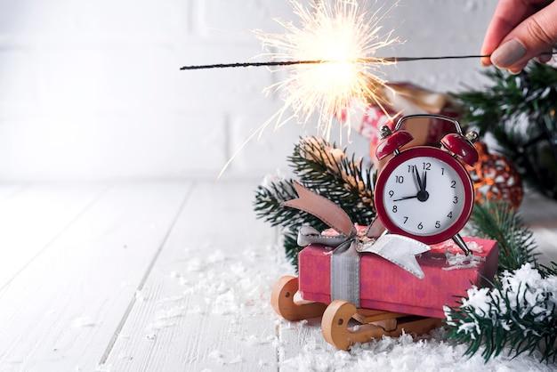 Новогодние часы с огнем бенгалии