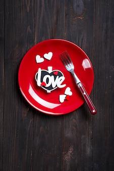 バレンタインデーまたは結婚式のロマンチックなテーブルの設定