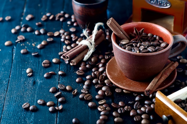 シナモンスティックとスターアニスとカップのコーヒー豆