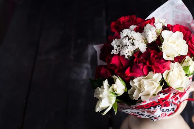 木製のテーブルにバラの花束