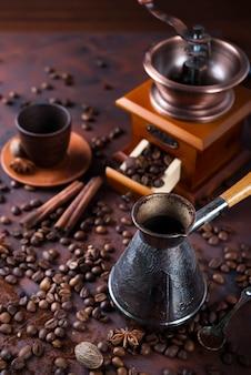 コーヒー豆の横のテーブルにコーヒーを入れたタカカ