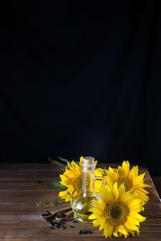 木製のスプーンとヒマワリ油と美しい黄色のひまわりのひまわりの種