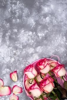 Красный белый цветок розы букет с розовой подарочной коробке на каменный стол.