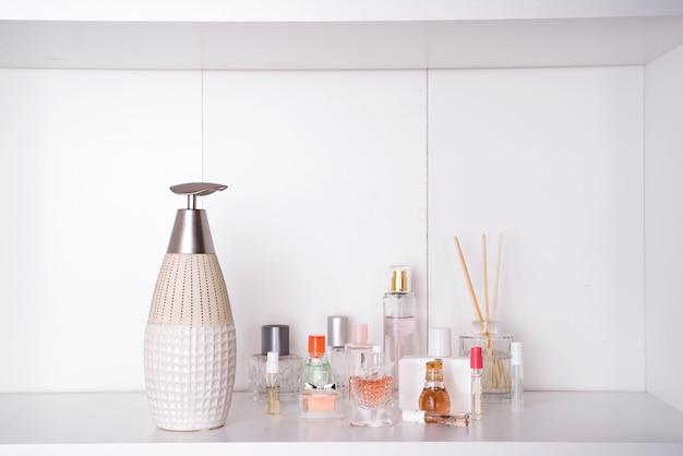 様々な女性の香水のセット