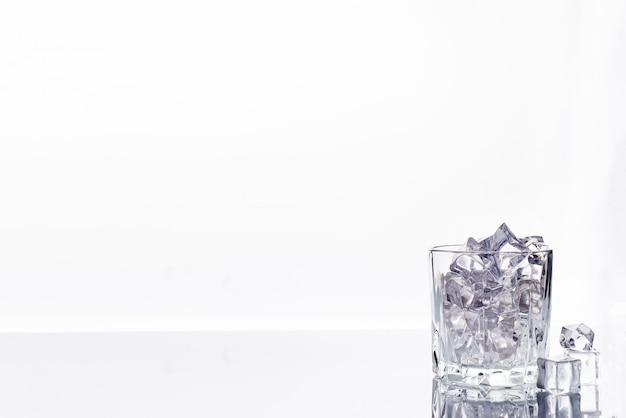 白い背景に氷のキューブとガラス