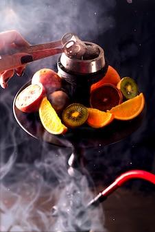 シーフードとレジャーを喫煙するための泥炭熱い石炭
