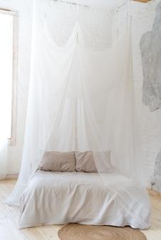 木製の四柱式ベッド付きの美しい寝室